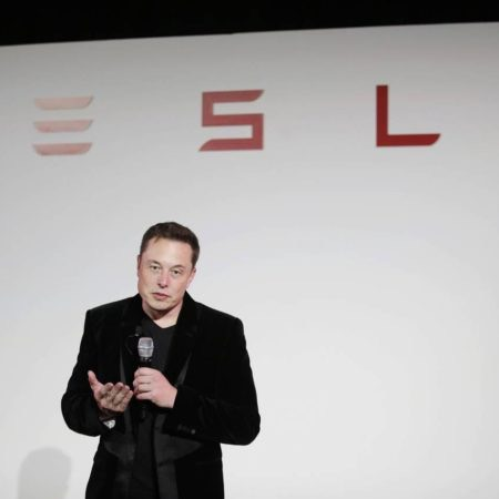 SolarCity said Tuesday that Chairman Elon Musk and other top executives would together purchase more than 80% of the solar energy company's latest $124 million bond issue. PHOTO: MARCIO JOSE SANCHEZ/ASSOCIATED PRESS